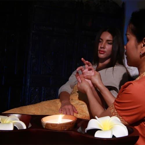 Массаж рук с воском арома свечи