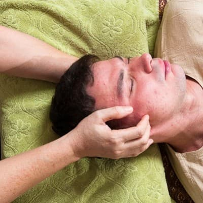 Расслабляющий массаж головы