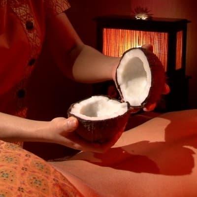 массаж спины с кокосовым маслом